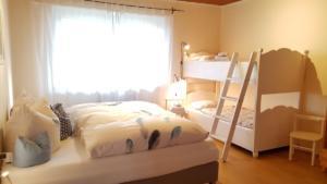 Schlafzimmer 1 (1)